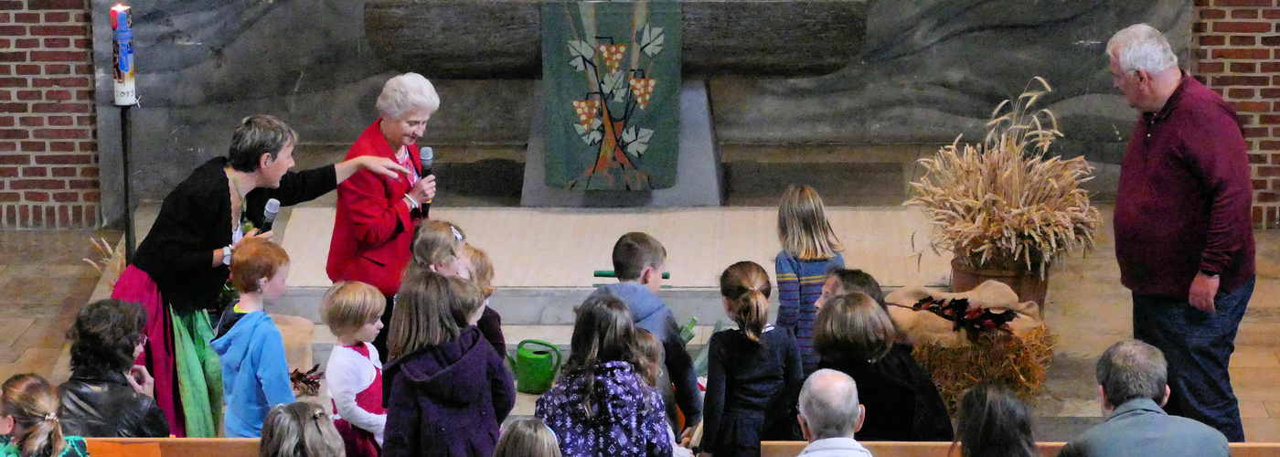 Kinder schmücken den Altar zu Erntedank